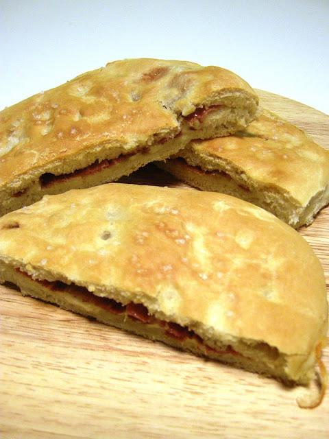 Focaccias varias: rellena de jamón y queso, con tomates secos y queso azul y con pesto y tomates secos
