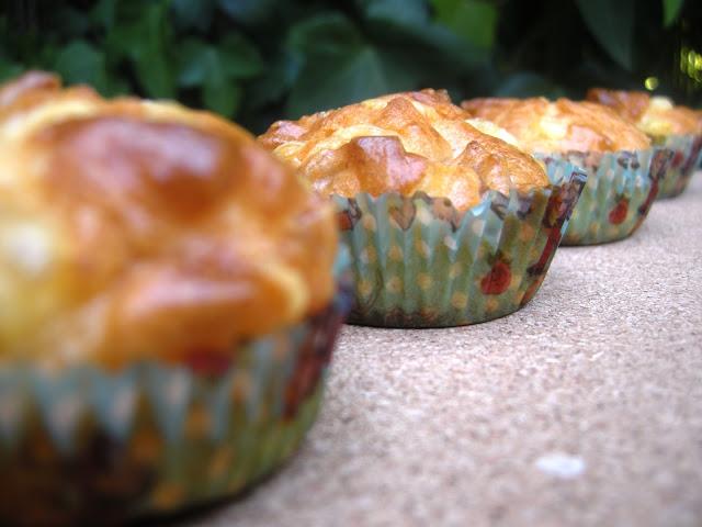 Muffins salados de salchicha blanca y queso emmental