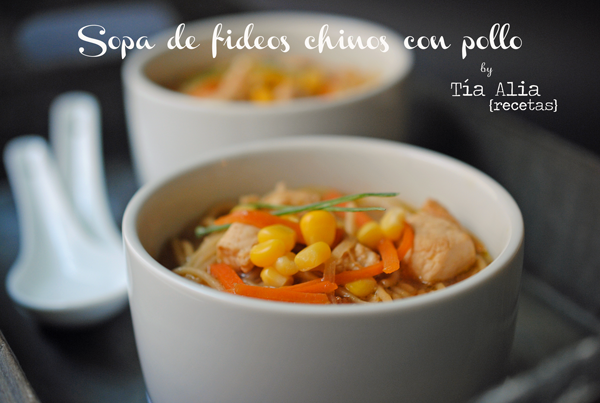 Sopa de fideos chinos con pollo