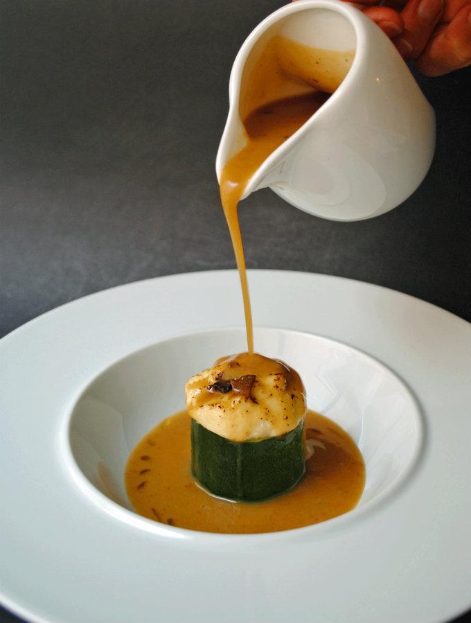 calabacín relleno de brandada en veloutée de ajo negro