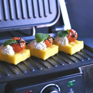 Polenta al grill con tomates balsámicos y orégano. Receta