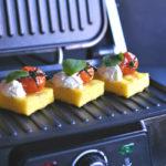 Polenta al grill con tomates balsámicos y orégano. Receta de aperitivo