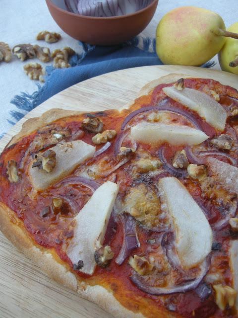Pizza de cebolla roja, gorgonzola y pera