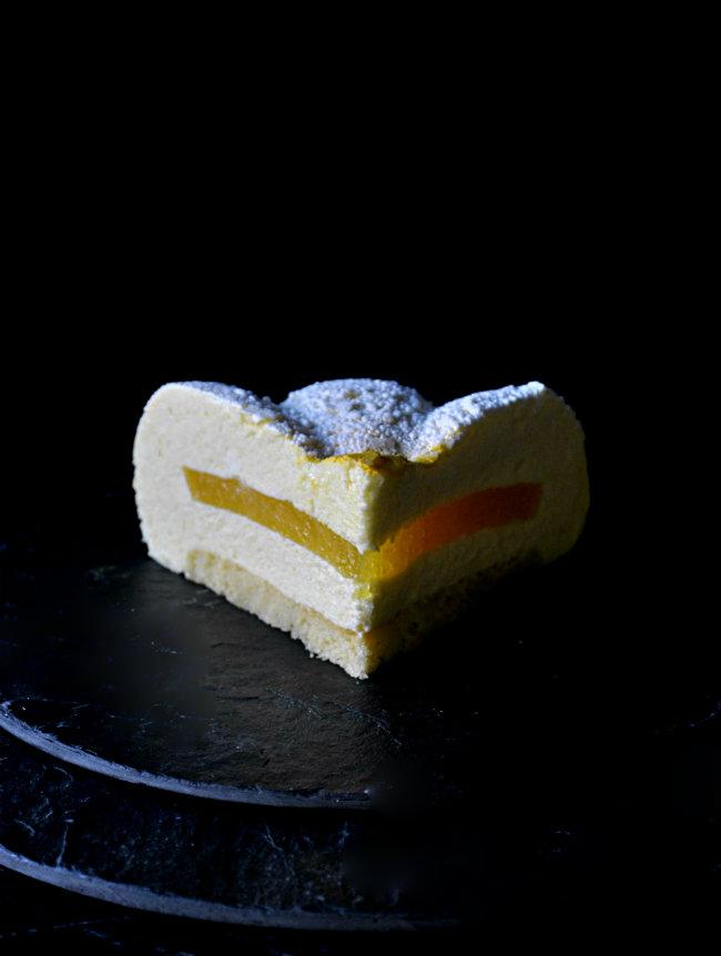 Tarta mousse de mango con corazón de naranja. Receta para una celebración