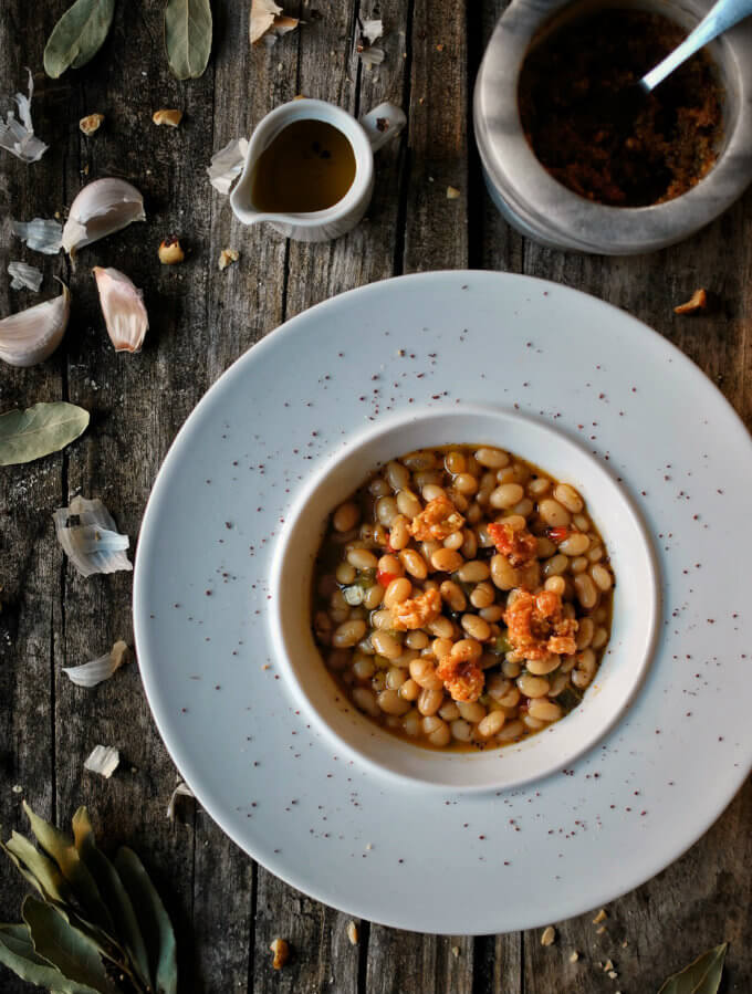 Alubia arrocera con verduras y picada de avellanas. Receta
